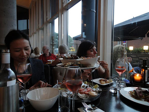 Ladies Night in Utrecht: seafood dinner with rose wine. Photo: Susan Raddatz