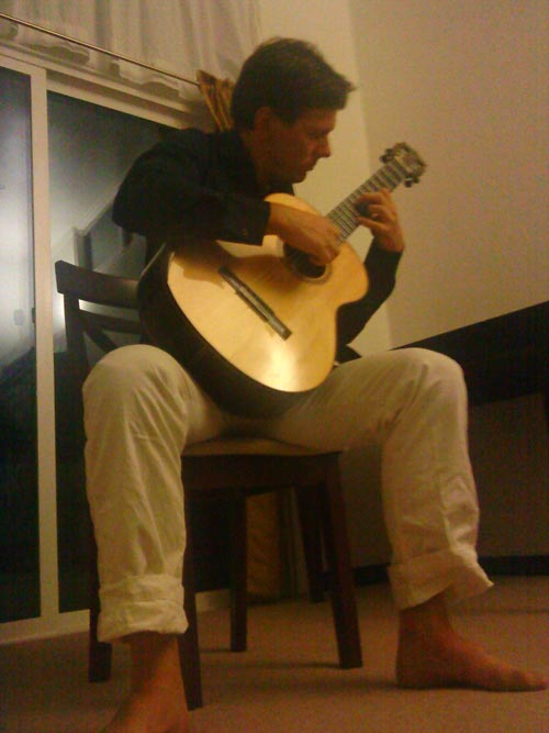 Robert Bekkers guitarist in private house concert in Wailuku